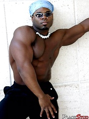 Ebony bodybuilder shows his hot butt